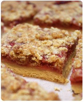 9-Carrés-gourmands-aux-fraises-et-croûte-aux-flocons-d'avoine