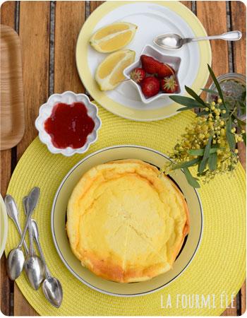 g teau au fromage blanc l ger comme un nuage et son coulis de fraises la fourmi el. Black Bedroom Furniture Sets. Home Design Ideas